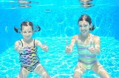 Duas meninas subaquáticas na piscina Fotografia de Stock