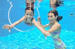 Duas meninas subaquáticas na piscina Fotos de Stock Royalty Free