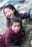 Duas meninas tibetanas não identificadas fotografia de stock