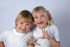 Duas meninas tooghless foto de stock