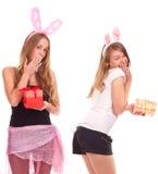 Duas meninas vestidas como um coelho com presentes Fotografia de Stock