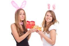 Duas meninas vestidas como um coelho com presentes Imagem de Stock