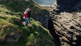 Duas meninas viajam aos penhascos da costa oeste irlandesa filme