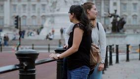 Duas meninas visitam o Buckingham Palace em Londres vídeos de arquivo
