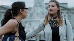 Duas meninas visitam o Buckingham Palace em Londres video estoque