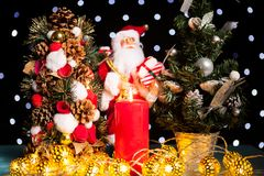 Duas mini árvores de Natal e uma estatueta de Papai Noel Fotografia de Stock