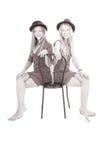 Duas moças bonitas no chapéu negro em sua cabeça Fotografia de Stock Royalty Free