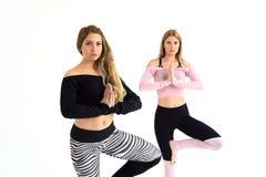 Duas moças bonitas são contratadas nos pilates fotografia de stock