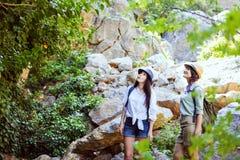 Duas moças bonitas viajam nas montanhas e apreciam a ideia da paisagem de árvores verdes imagens de stock royalty free