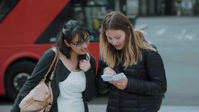 Duas moças em Londres - cidade que sightseeing vídeos de arquivo