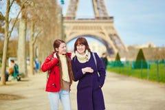 Duas moças em Paris perto da torre Eiffel Fotografia de Stock