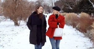 Duas moças em uma cidade que apreciam o tempo foto de stock royalty free