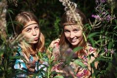 Duas moças em uma floresta do verão Foto de Stock Royalty Free
