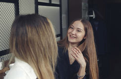 Duas moças estão felizes e rindo tenha uma estadia do chá no contador em um café Fotografia de Stock Royalty Free
