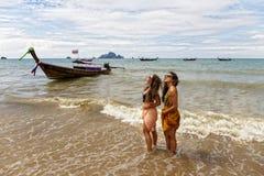 Duas moças levantam na costa da praia de Krabi fotos de stock