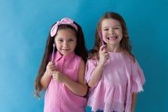 Duas moças mostram a odontologia das escovas de dentes agradável fotos de stock royalty free
