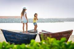 Duas moças no barco Fotos de Stock Royalty Free