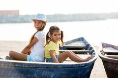 Duas moças no barco Fotos de Stock