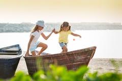 Duas moças no barco Fotografia de Stock