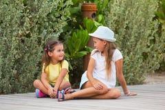 Duas moças no jardim Foto de Stock Royalty Free