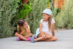 Duas moças no jardim Fotos de Stock Royalty Free