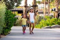 Duas moças no parque Fotografia de Stock Royalty Free
