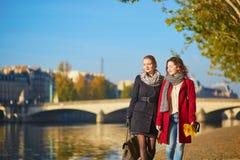 Duas moças que andam junto em Paris imagens de stock