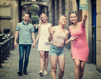 Duas moças que andam na rua urbana Imagem de Stock
