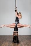 Duas moças que fazem truques acrobáticos difíceis imagens de stock royalty free