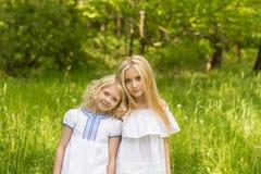 Duas moças que relaxam na natureza no verão imagem de stock royalty free