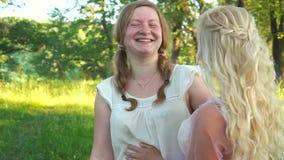 Duas moças que riem na floresta vídeos de arquivo