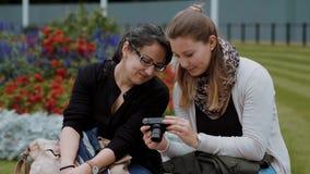 Duas moças relaxam em um parque video estoque