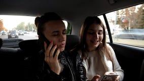Duas moças vão a um táxi, se fala no telefone e o outro escuta a música e canta avante vídeos de arquivo