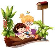Duas moças perto da caixa postal de madeira Imagens de Stock Royalty Free