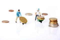 Duas moedas diminutas do euro das movimentações dos trabalhadores Fotografia de Stock