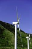 Duas moinhos de vento ou turbinas de vento Fotografia de Stock Royalty Free