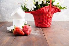 Duas morangos, dois copos e ramalhete prontos para romântico Imagem de Stock Royalty Free