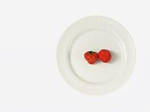 Duas morangos na placa branca Imagens de Stock