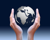 Duas mãos que guardaram globais Fotografia de Stock Royalty Free