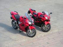 Duas motocicletas bonitas vermelhas. Imagem de Stock Royalty Free