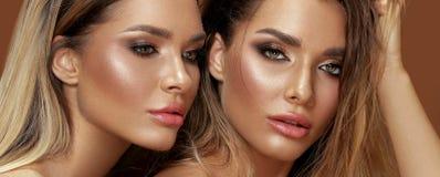 Duas mulheres atrativas dos gêmeos na composição do encanto foto de stock