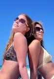 Duas mulheres atrativas novas que refrigeram no sol no feriado ou no VAC Foto de Stock Royalty Free