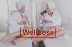 Duas mulheres atrativas que descansam após a sauna imagens de stock royalty free