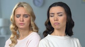 Duas mulheres atrativas que sentam-se separadamente, melhores amigos que discutem, relações filme