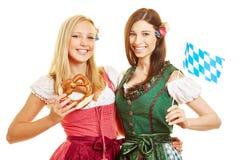Duas mulheres bávaras no vestido do dirndl foto de stock