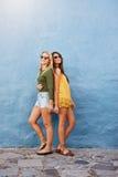 Duas mulheres bonitas em ocasional à moda fotografia de stock