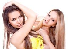 Duas mulheres bonitas em um vestido colorido Imagem de Stock