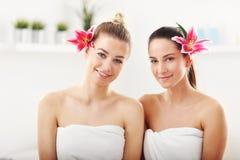Duas mulheres bonitas nos termas Fotos de Stock