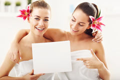Duas mulheres bonitas nos termas Imagens de Stock Royalty Free