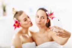 Duas mulheres bonitas nos termas Imagem de Stock